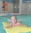 Kind hat viel Spaß beim Schwimmkurs im mags