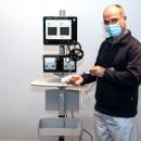 Dr. med. Peter Stauch demonstiert das Osteocool Gerät