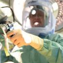 Arzt bei OP mit dem OP Roboter Mako